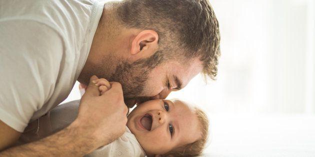 Un padre besa a su