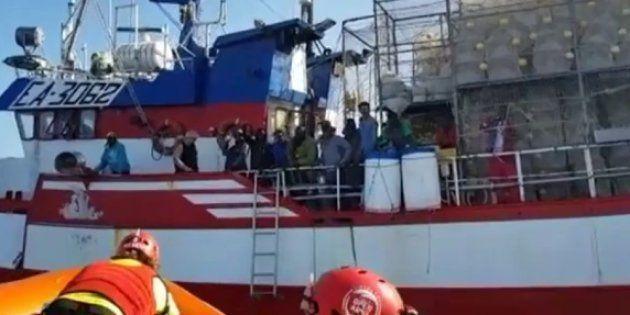 Imagen del pesquero, con los migrantes en