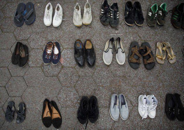 Activistas dejan zapatos de adultos y niños en