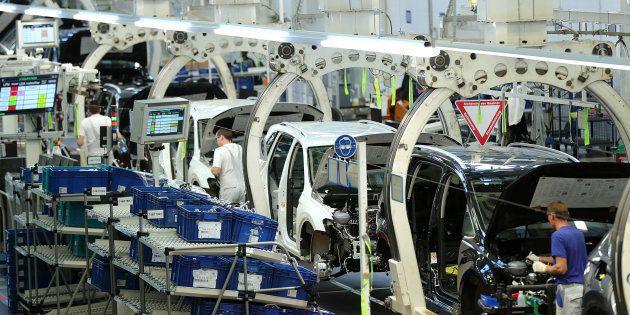Trabajadores en una fábrica de Volkswagen en Wolfsburg