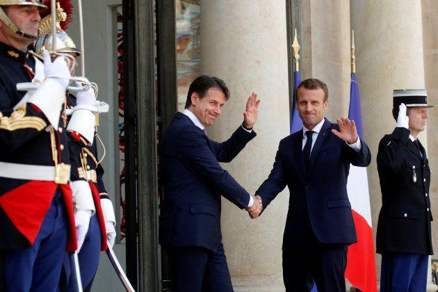 El presidente francés, Emmanuel Macron, recibe en el Eliseo al primer ministro italiano, Giuseppe