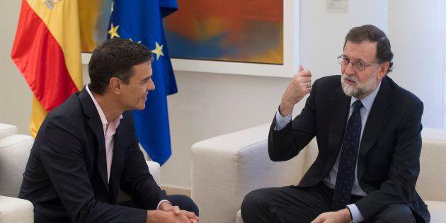 Mariano Rajoy (d) conversa con el líder del PSOE, Pedro Sánchez, durante una reunión en la Moncloa el...