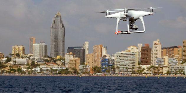 Un dron sobrevuela la costa frente a