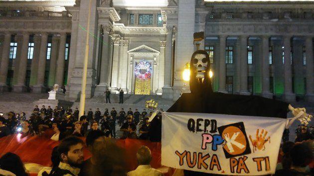 ¿Por qué los peruanos protestan en masa y acusan a su presidente de