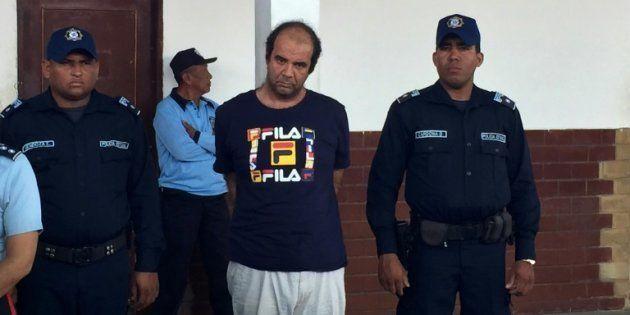 Policías venezolanos escoltan al sacerdote español Iván Merino Pedial, esposado tras su captura por abuso...