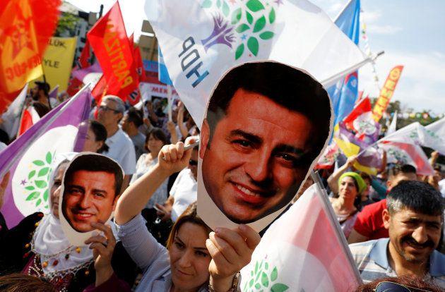 Partidarios de Selahattin Demirtas portan caretas con su