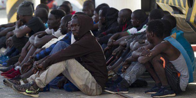 Un grupo de migrantes, tras ser rescatados en el Estrecho, a su llegada el pasado octubre al Puerto de
