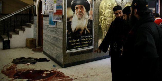 Varios religiosos coptos observan los rastros de sangre en el lugar del