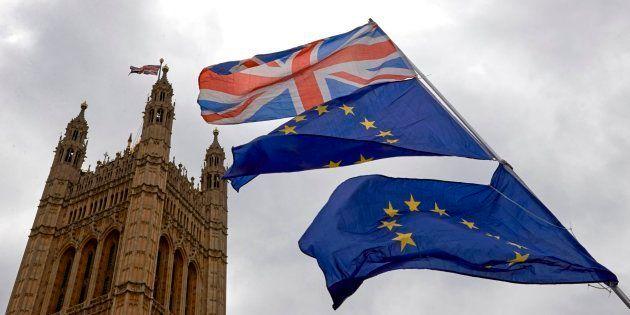 Banderas de la UE y Reino Unido frente al Parlamento