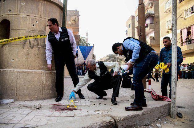 Miembros de la policía científica egipcia examinan el lugar del