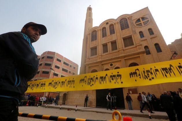 Cordón policial en torno a la iglesia