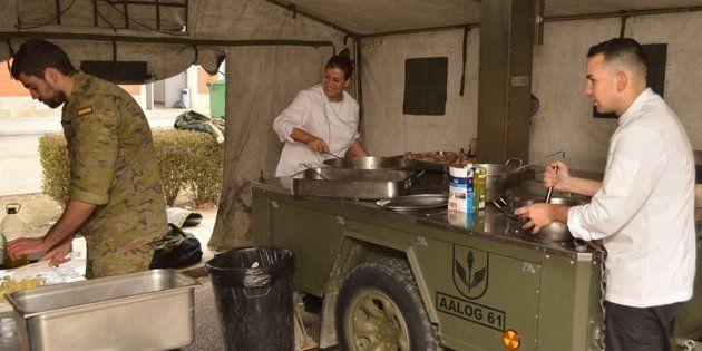 Imagen de los militares cocinando en el