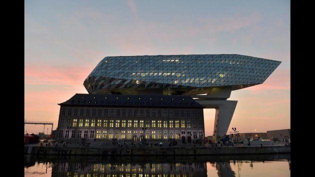Edificio diseñado por la arquitecta Zaha Hadid, inspirado en los diamantes de Amberes, que alberga las...
