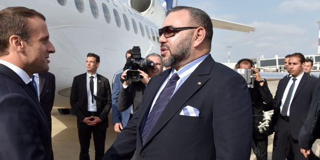 Estupefacción y bromas por el atuendo del rey de Marruecos en esta fotografía junto a un