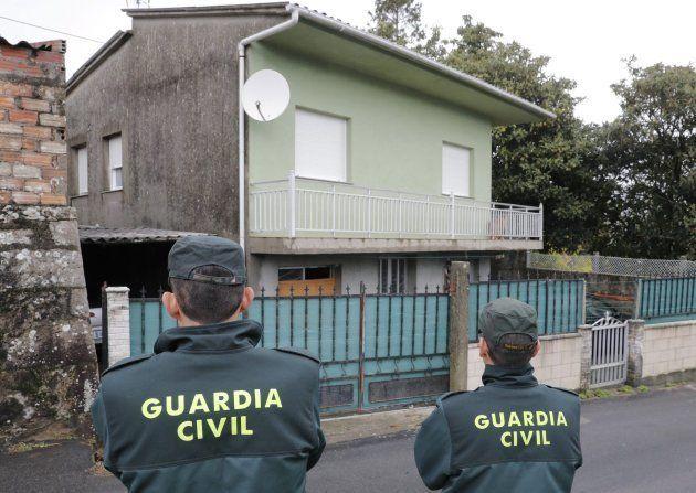 Agentes de la Guardia Civil registran en Rianxo (A Coruña) la vivienda del hombre que ha sido detenido...