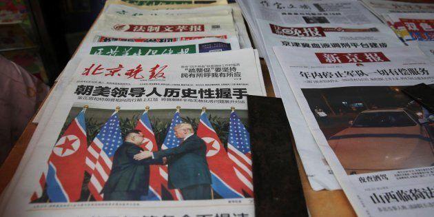Vista de varios periódicos chinos que llevan a su portada la histórica reunión entre el presidente de...
