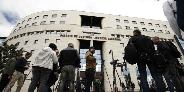 Numerosos medio esperan en el exterior del Palacio de Justicia de Navarra, durante el juicio, el pasado