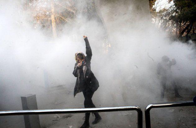 Estudiantes iraníes participan en protestas contra el Gobierno el 30 de diciembre en