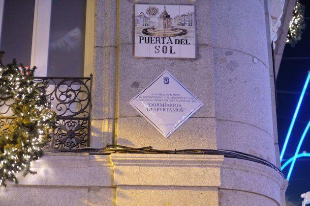 Placa en recuerdo del 15-M en la Puerta del