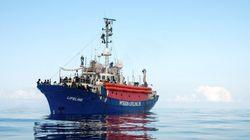 España contacta con Malta, Italia y Francia para el auxilio del 'Lifeline', con 224 migrantes a