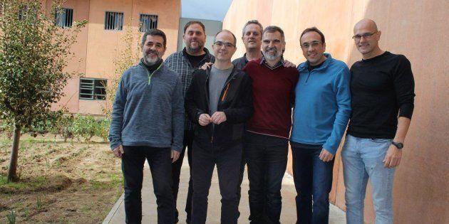 Imagen capturada de la cuenta oficial de Òmnium Cultural de Twitter de los siete dirigentes independentistas...