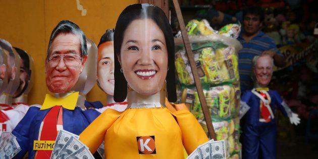 Vista de una piñata satírica de Keiko Fujimori, la líder opositora e hija del expresidente peruano Alberto...