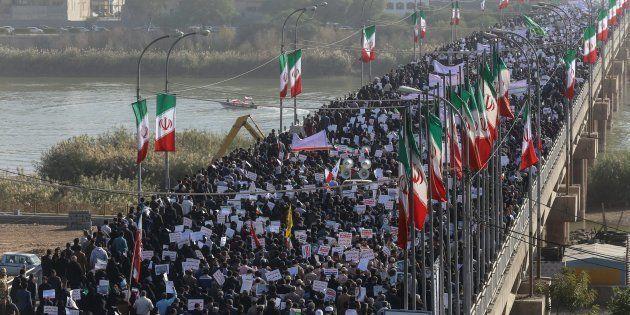 Miles de iraníes participan en una concentración de apoyo al gobierno en Ahvaz, este 3 de