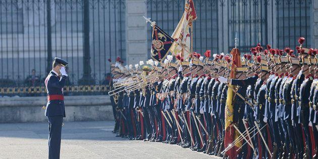 El rey Felipe VI saluda a la bandera en la Pascua Militar de enero de