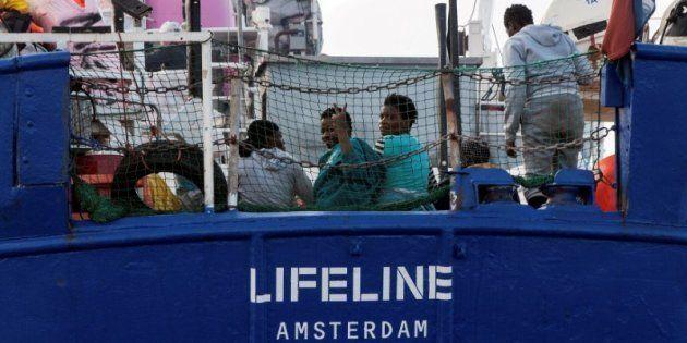 Un grupo de migrantes, a bordo del barco 'Lifeline', de bandera holandesa, aún sin