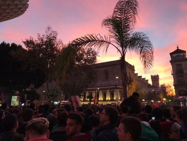 La manifestación al atardecer en la plaza de la Encarnación, de
