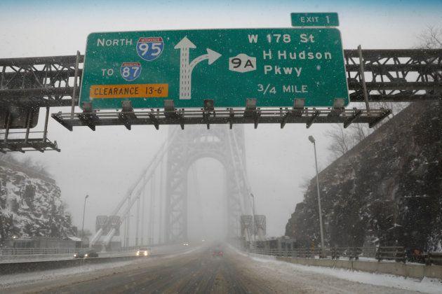 Las carreteras de acceso al Puente George Washington, entre Nueva Jersey y Nueva York, casi vacías y...