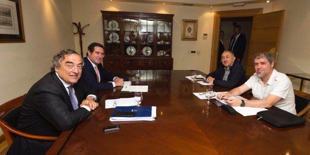 A la izquierda, Juan Rosell, presidente de la CEOE, y Antonio Garamendi, presidente de CEPYME. A la derecha,...