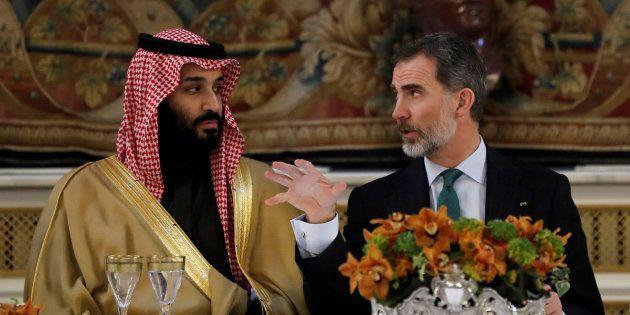 El príncipe heredero saudí, Mohammed bin Salman, y el rey español Felipe VI, durante la cena de gala...