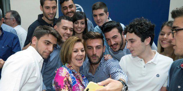 La candidata a las primarias del Partido Popular María Dolores de Cospedal (c) se hace un 'selfie' con...