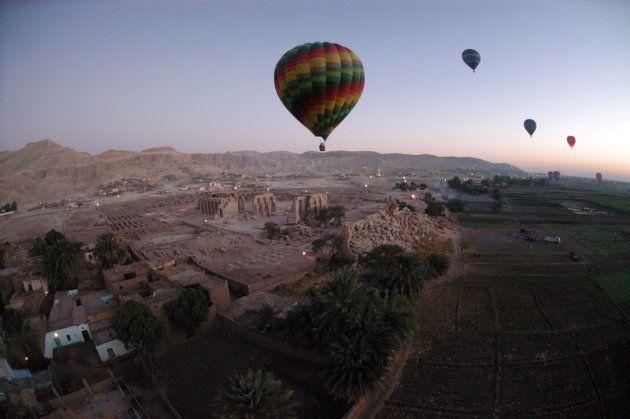 Imagen de archivo de un globo aerostático sobrevolando el Valle de los Reyes, en