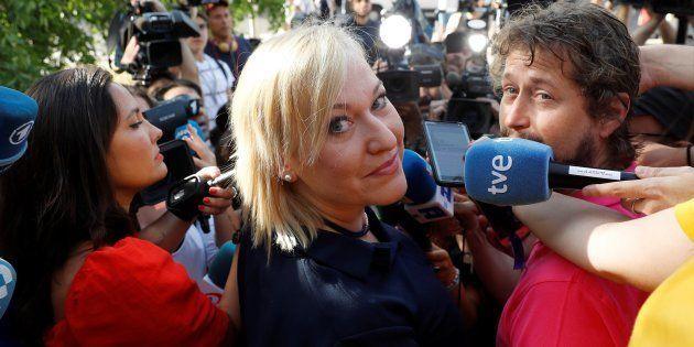 Inés Madrigal, la denunciante, a las puertas de la Audiencia de