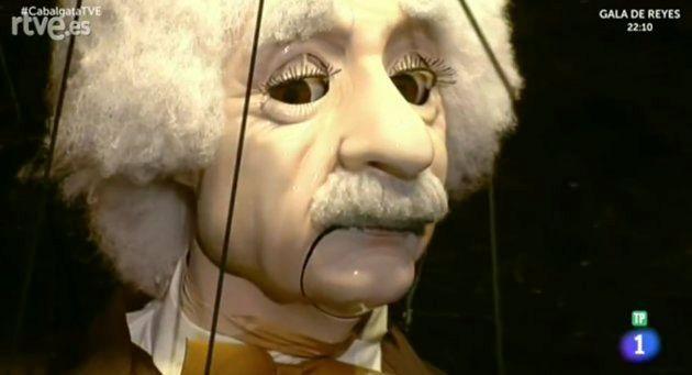 Un enorme Albert Einstein inquieta en la cabalgata de