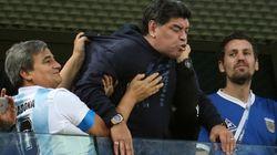 Maradona se descompone tras el Nigeria-Argentina y necesita ayuda para salir del