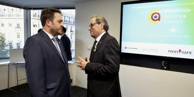 Fotografía facilitada por la Generalitat de Catalunya de su presidente, Quim Torra, conversando con el...