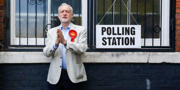 Jeremy Corbyn, líder del Partido Laborista británico, en un colegio electoral tras votar en las elecciones...
