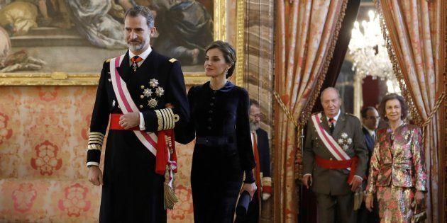 El rey Felipe junto a la reina Letizia. Tras ellos, los reyes eméritos Juan Carlos y