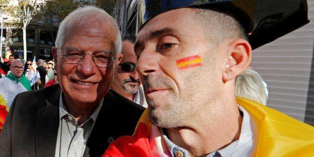 Josep Borrell posa con un participante en la concentración de Societat Civil Catalana de octubre del...