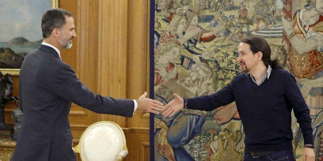El líder de Podemos, Pablo Iglesias, con el rey Felipe VI en La Zarzuela el 25 de octubre de