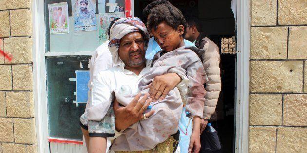 Un hombre desplaza a un hospital un niño herido en un bombardeo saudí en la zona rebelde de Saada, el...