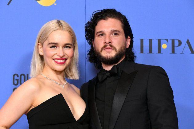 Khaleesi (Emilia Clarke) y Jon Nieve (Kit Harington) se reencuentran en los Globos de