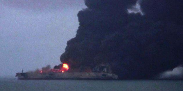 Fotograma emitido por la televisión china que muestra el petrolero en