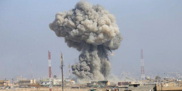 Explosión tras un ataque aéreo en la ciudad iraquí de Mosul en marzo de 2017, cuando estaba controlada...
