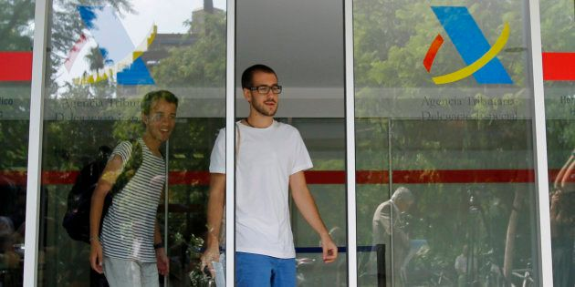 Dos ciudadanos abandonan la Oficina de la Agencia Tributaria en Barcelona. REUTERS/Albert