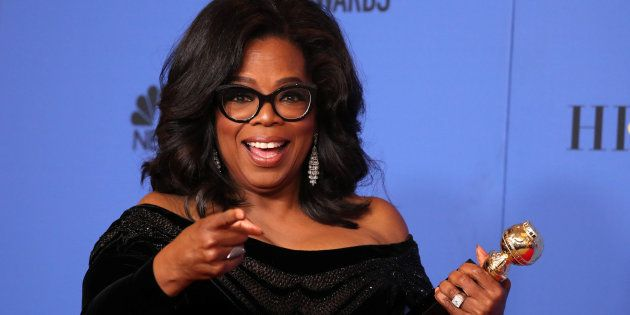 Oprah Winfrey posa con su premio Cecil B. DeMille, recogido en la 75ª edición de los Globos de Oro el...