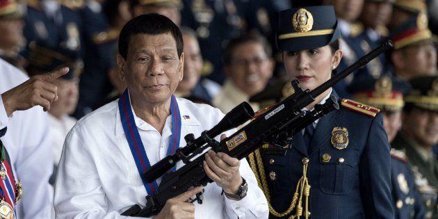 Rodrigo Duterte sostiene un arma, en una imagen de